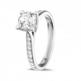 Classics - 1.00 quilates anillo solitario diamante en oro blanco con diamantes en los lados