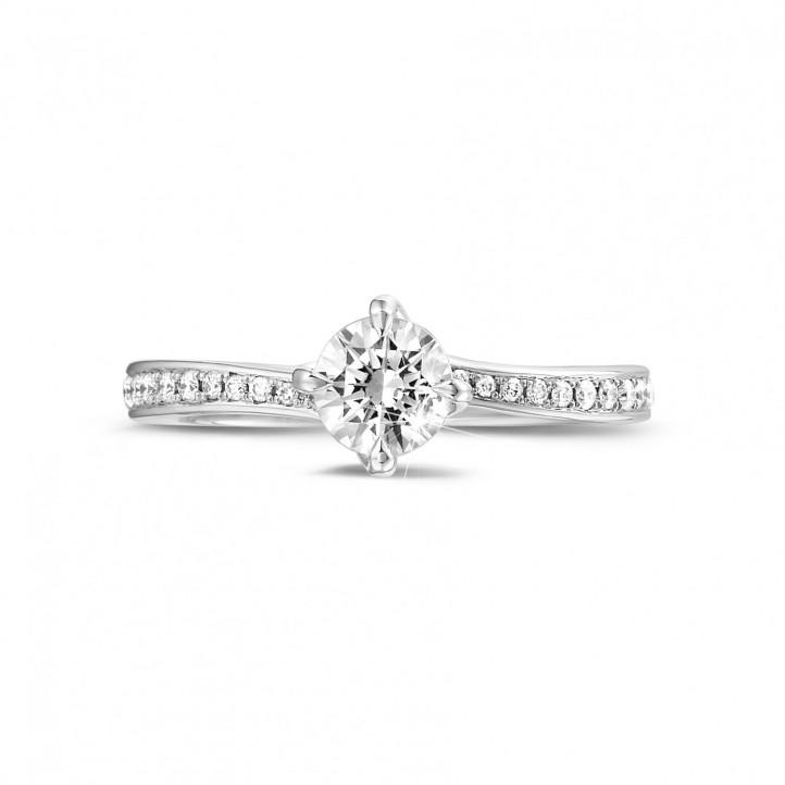 0.70 quilates anillo solitario diamante en platino con diamantes en los lados