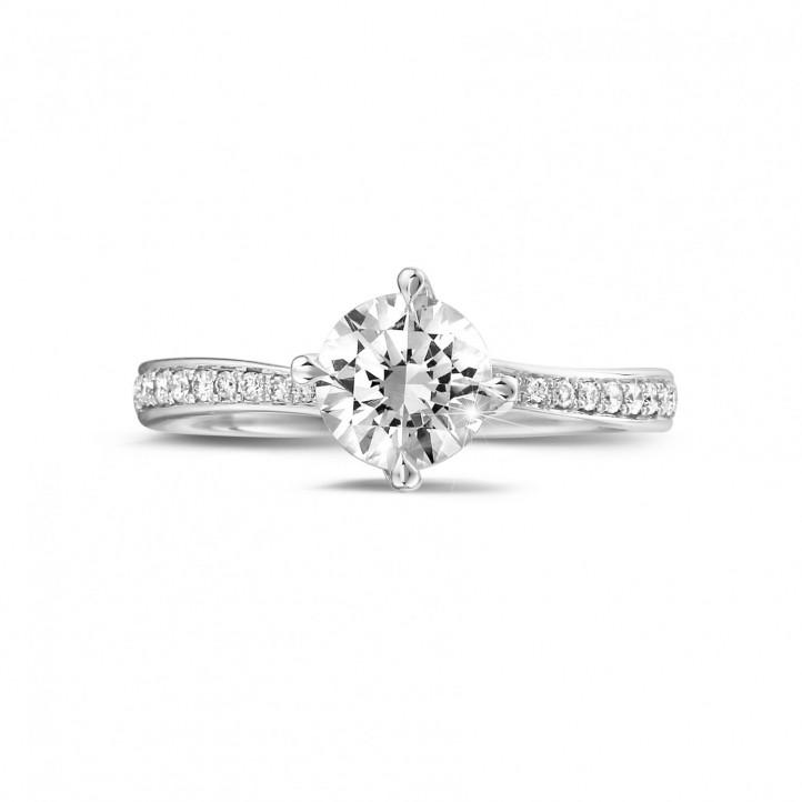 0.90 quilates anillo solitario diamante en oro blanco con diamantes en los lados