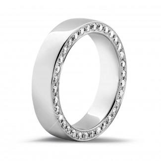 Alianzas - 0.70 quilates anillo ancho en oro blanco con diamantes laterales redondos