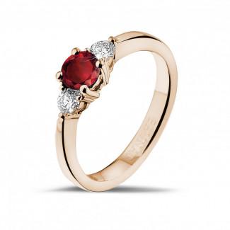 Anillos Compromiso de Diamantes en Oro Rojo - Anillo trilogía en oro rojo con rubí central y diamantes redondos