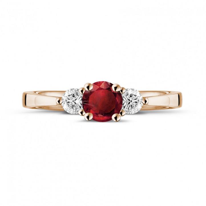 Anillo trilogía en oro rojo con rubí central y diamantes redondos