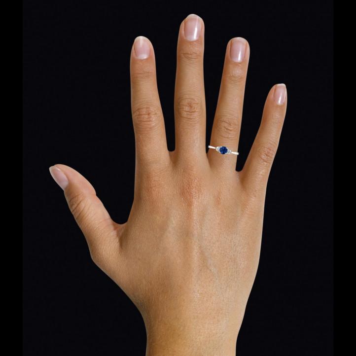 Anillo trilogía en oro blanco con zafiro central y diamantes redondos