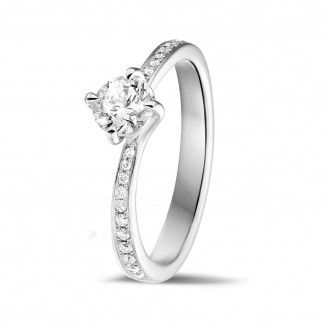 0.50 quilates anillo solitario diamante en oro blanco con diamantes en los lados