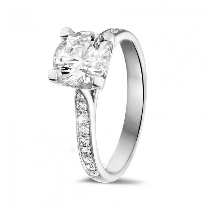 cf800d9527f6 1.50 quilates anillo solitario diamante en oro blanco con diamantes en los  lados