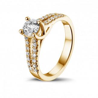 0.50 quilates anillo solitario en oro amarillo con diamantes laterales