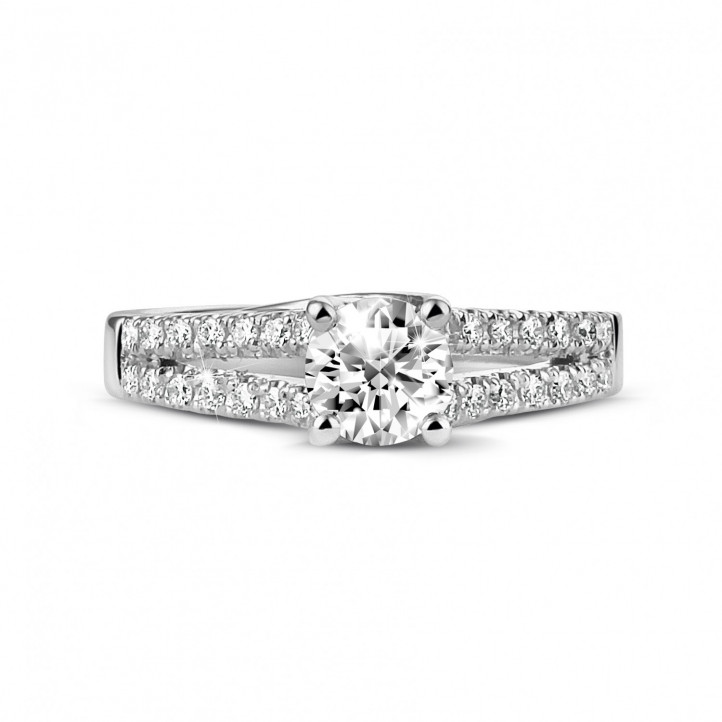 0.50 quilates anillo solitario en platino con diamantes laterales