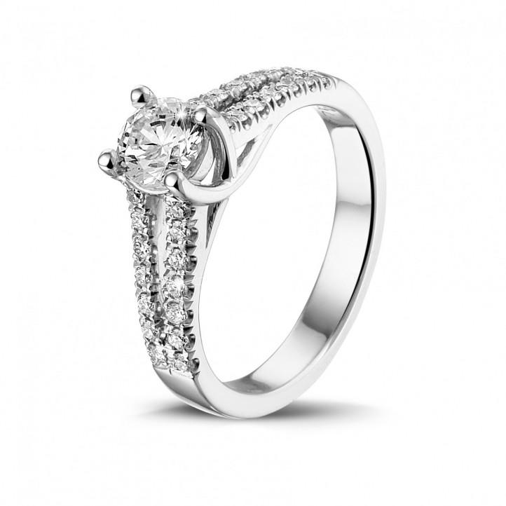 0.50 quilates anillo solitario en oro blanco con diamantes laterales