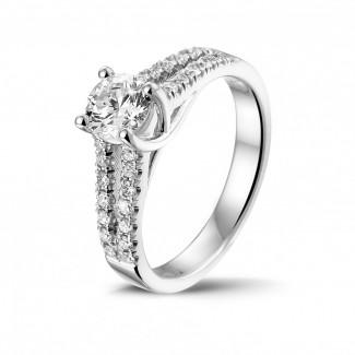 0.70 quilates anillo solitario en oro blanco con diamantes laterales
