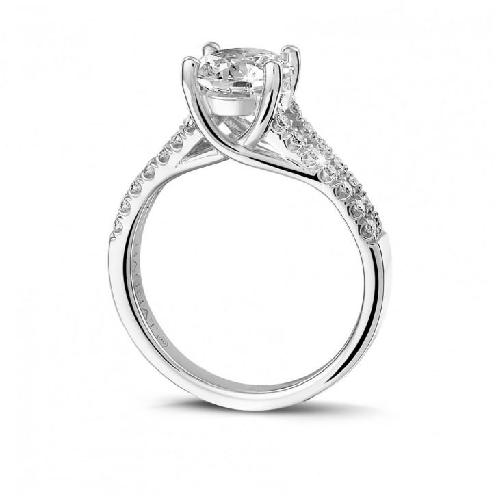 1.50 quilates anillo solitario en oro blanco con diamantes laterales