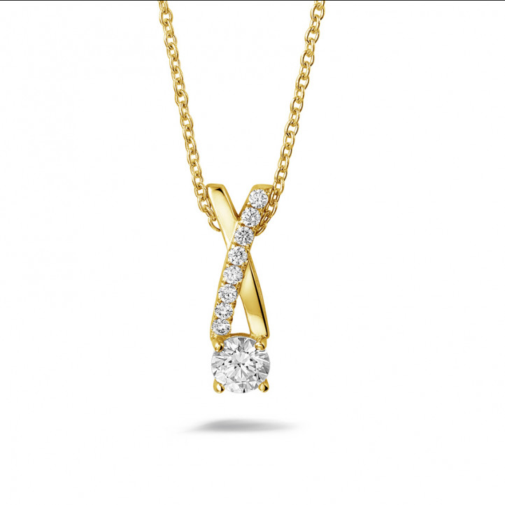 0.50 quilates colgante diamante cruz en oro amarillo
