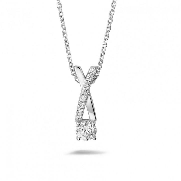 0.50 quilates colgante diamante cruz en oro blanco