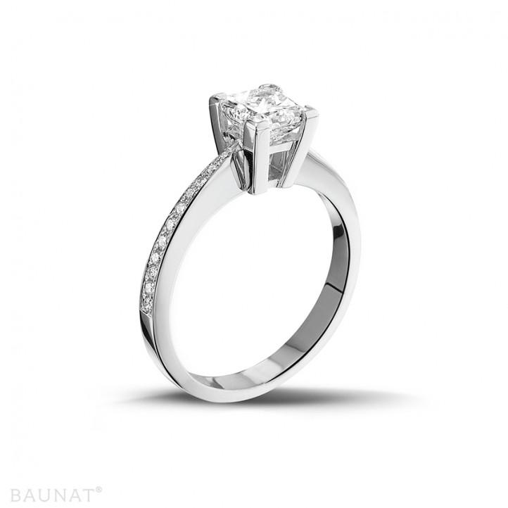 1.00 quilates anillo solitario en platino con diamante talla princesa y diamantes laterales