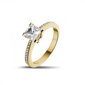 1.25 quilates anillo solitario en oro amarillo con diamante talla princesa y diamantes laterales