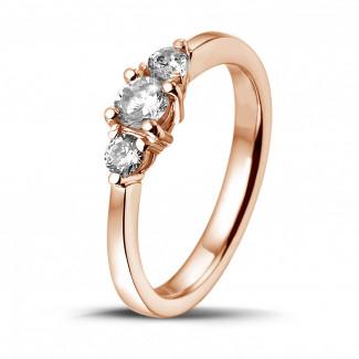 0.45 quilates anillo trilogía en oro rojo con diamantes redondos