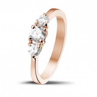 0.67 quilates anillo trilogía en oro rojo con diamantes redondos