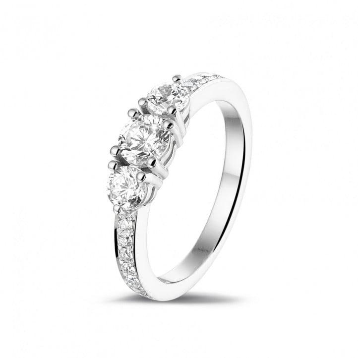 1.10 quilates anillo trilogía en platino con diamantes en los lados