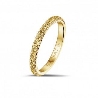 0.35 quilates alianza (media banda) en oro amarillo con diamantes amarillos