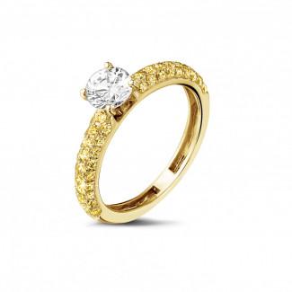 0.70 quilates anillo solitario (media banda) en oro amarillo con diamantes amarillos en los lados