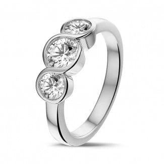 0.95 quilates anillo trilogía en platino con diamantes redondos