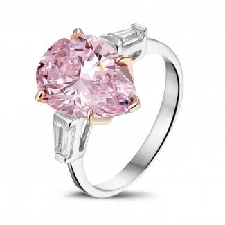 Alta joyería - Anillo en oro blanco con un diamante 'rosa fantasía' en forma de pera y un par de diamantes talla baguette cónico