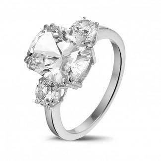 Alta joyería - Anillo en oro blanco con un diamante de talla cojín y diamantes redondos