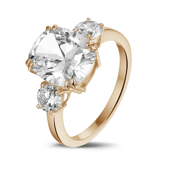 Anillo en oro rojo con un diamante de talla cojín y diamantes redondos