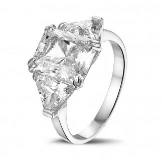 Alta joyería - Anillo en oro blanco con un diamante de talla radiante y diamantes triángulos