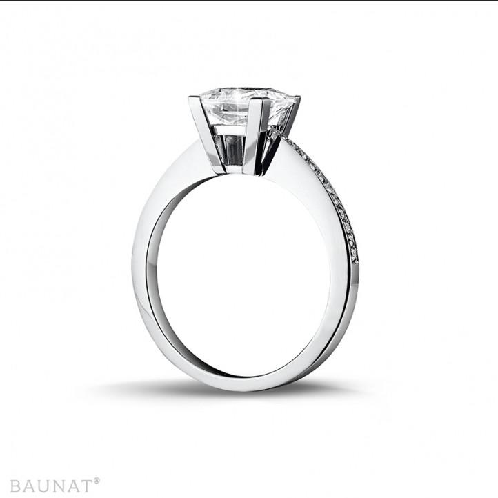 2.00 quilates anillo solitario en oro blanco con diamante talla princesa y diamantes laterales