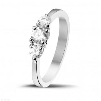 - 0.67 quilates anillo trilogía en oro blanco con diamantes redondos
