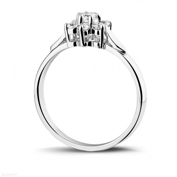 0.30 quilates anillo flor diamante en oro blanco