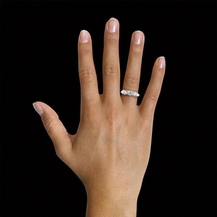2.05 quilates anillo trilogía en oro blanco con diamantes redondos