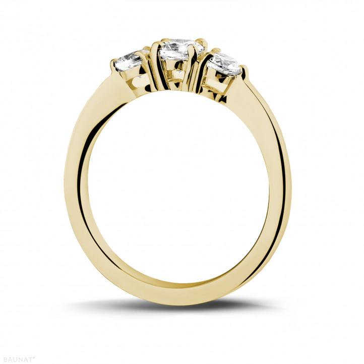 0.67 quilates anillo trilogía en oro amarillo con diamantes redondos