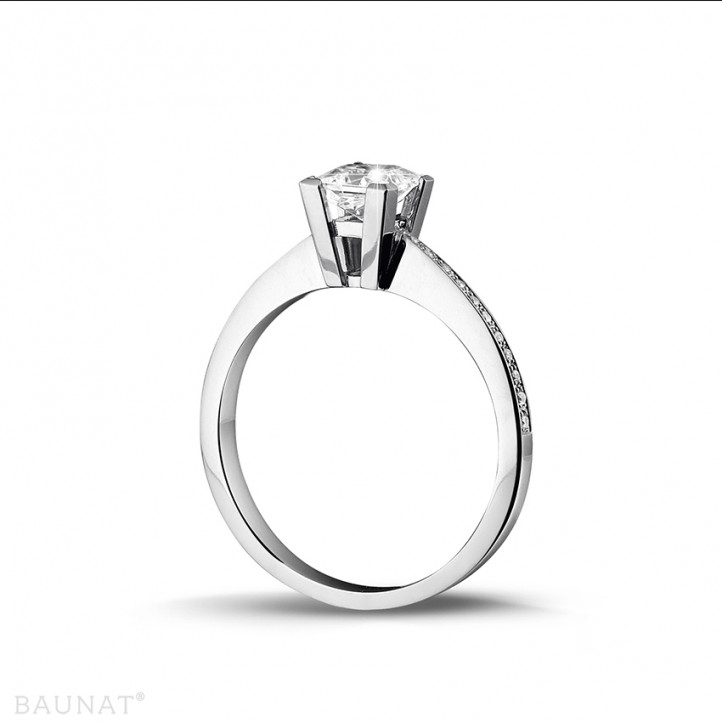0.75 quilates anillo solitario en platino con diamante talla princesa y diamantes laterales