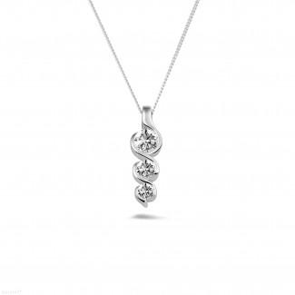 0.57 quilates trilogía colgante diamante en oro blanco