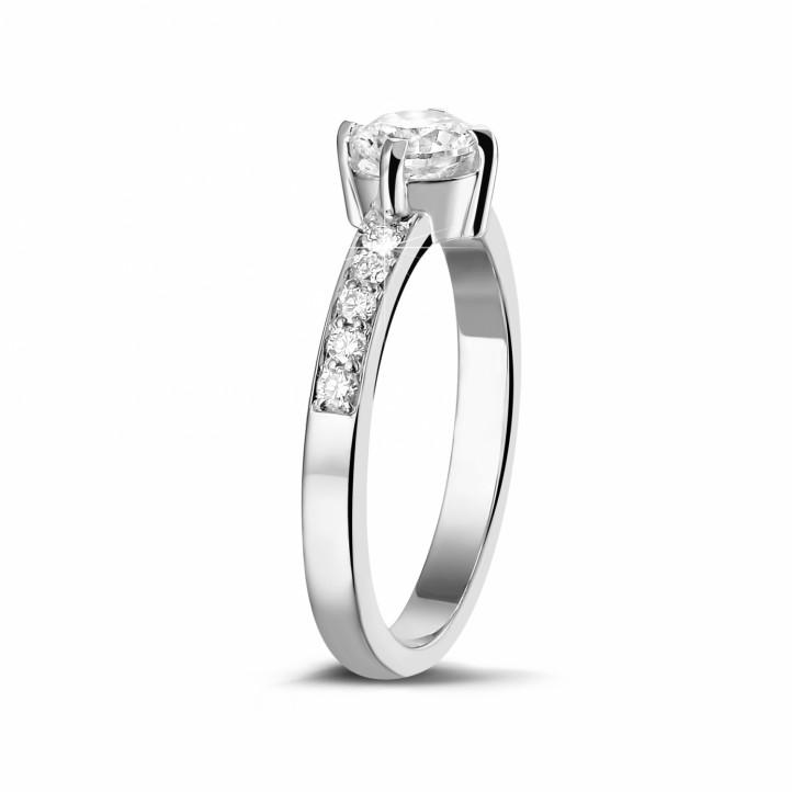 0.70 carats bague solitaire diamant en or blanc avec diamants sur les côtés