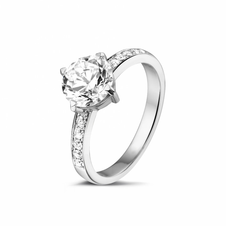 1.50 carats bague diamant solitaire en platine avec diamants sur les côtés