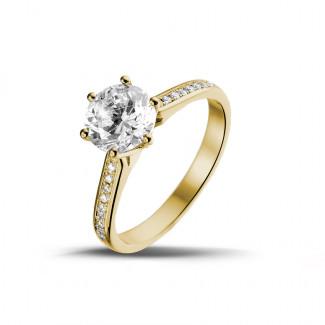 - 1.50 carats bague diamant solitaire en or jaune avec diamants sur les côtés