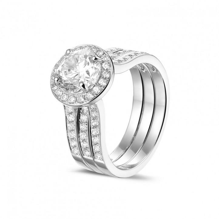 1.50 carats bague solitaire diamant en or blanc avec des diamants sur les côtés