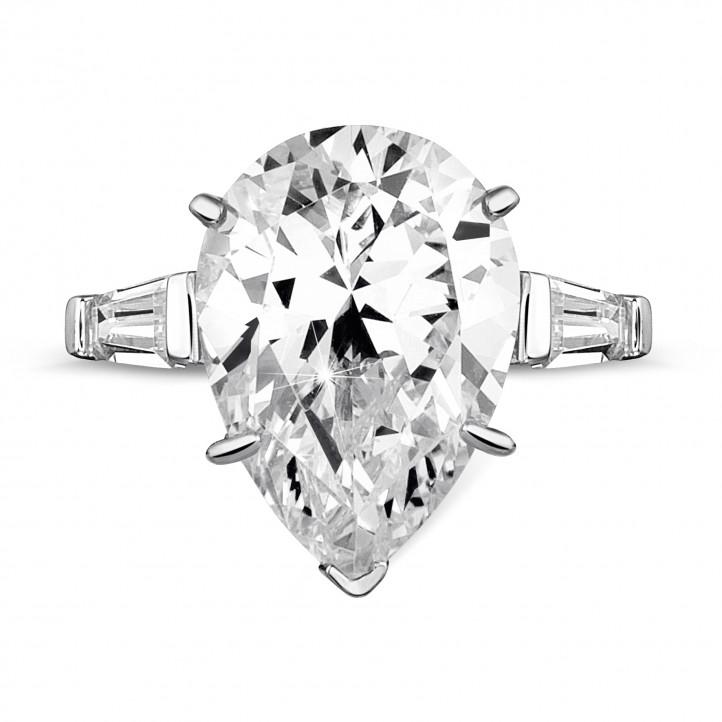 Bague en or blanc avec diamant de la taille poire et diamants baguette coniques