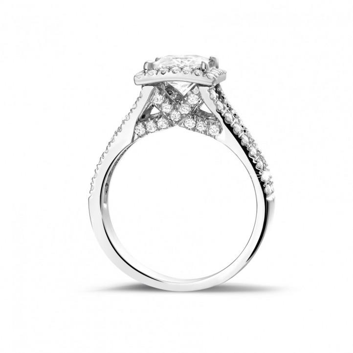 1.20 carat bague solitaire en platine avec diamant princesse et diamants sur les côtés