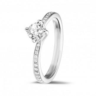 - 0.50 carats bague diamant en platine avec diamants sur les côtés