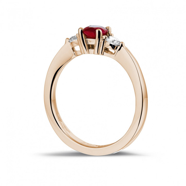 Bague trilogie en or rouge avec un rubis central et 2 diamants ronds
