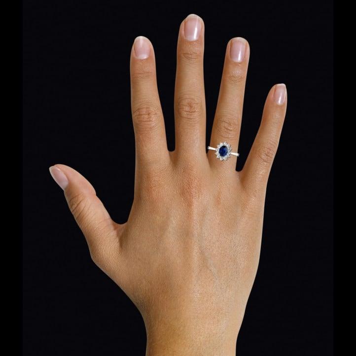 Bague entourage en or blanc avec un saphir ovale et diamants ronds