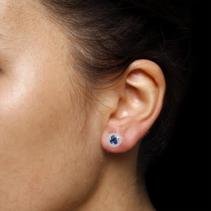 Boucles d'oreilles auréoles en or blanc avec diamants ronds et saphir