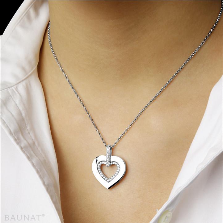 0.36 carat pendentif en forme de coeur en or blanc avec des petits diamants ronds