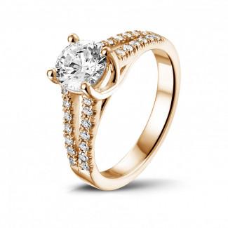 Fiançailles - 1.00 carat bague solitaire en or rouge avec diamants sur le côté