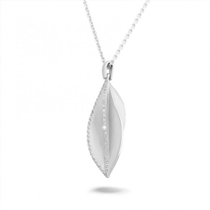 0.40 carat pendentif design en or blanc avec diamants
