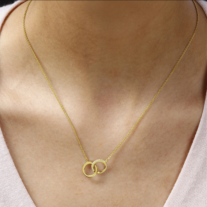 0.20 carat pendentif design infinity en or jaune avec diamants