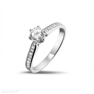 0.50 carats bague diamant solitaire en platine avec diamants sur les côtés